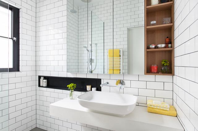 Modern inredning av ett litet badrum, med bänkskiva i akrylsten, en öppen dusch, vit kakel och keramikplattor