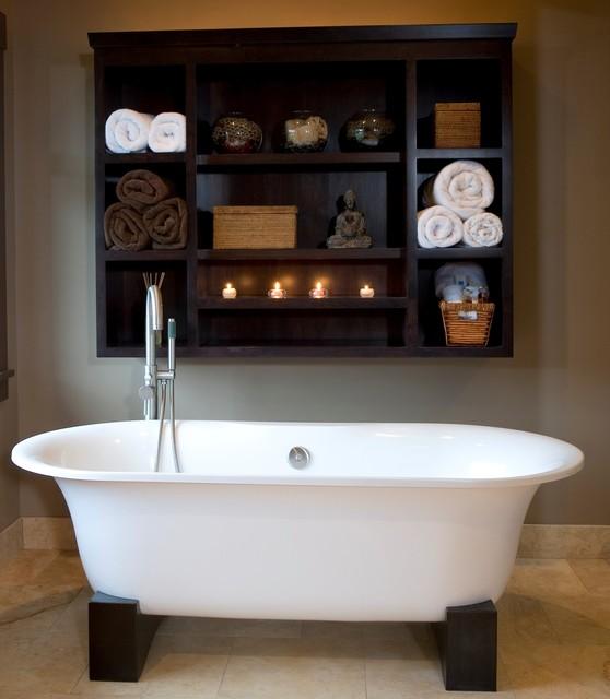 Asiatisches Badezimmer mit freistehender Badewanne in Portland