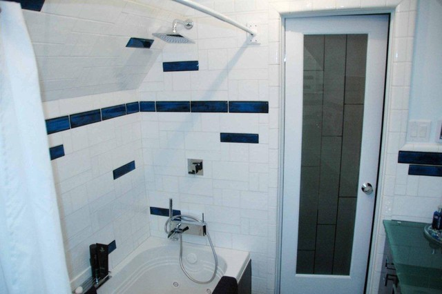 Simple Tiling Bathroom With White Ceramic Tiles And Black Mosaic Border