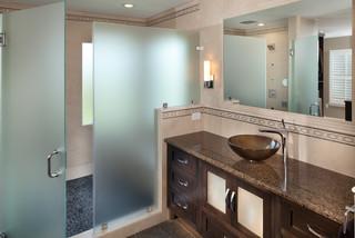 Salle de bain avec une plaque de galets et un sol en ardoise ...