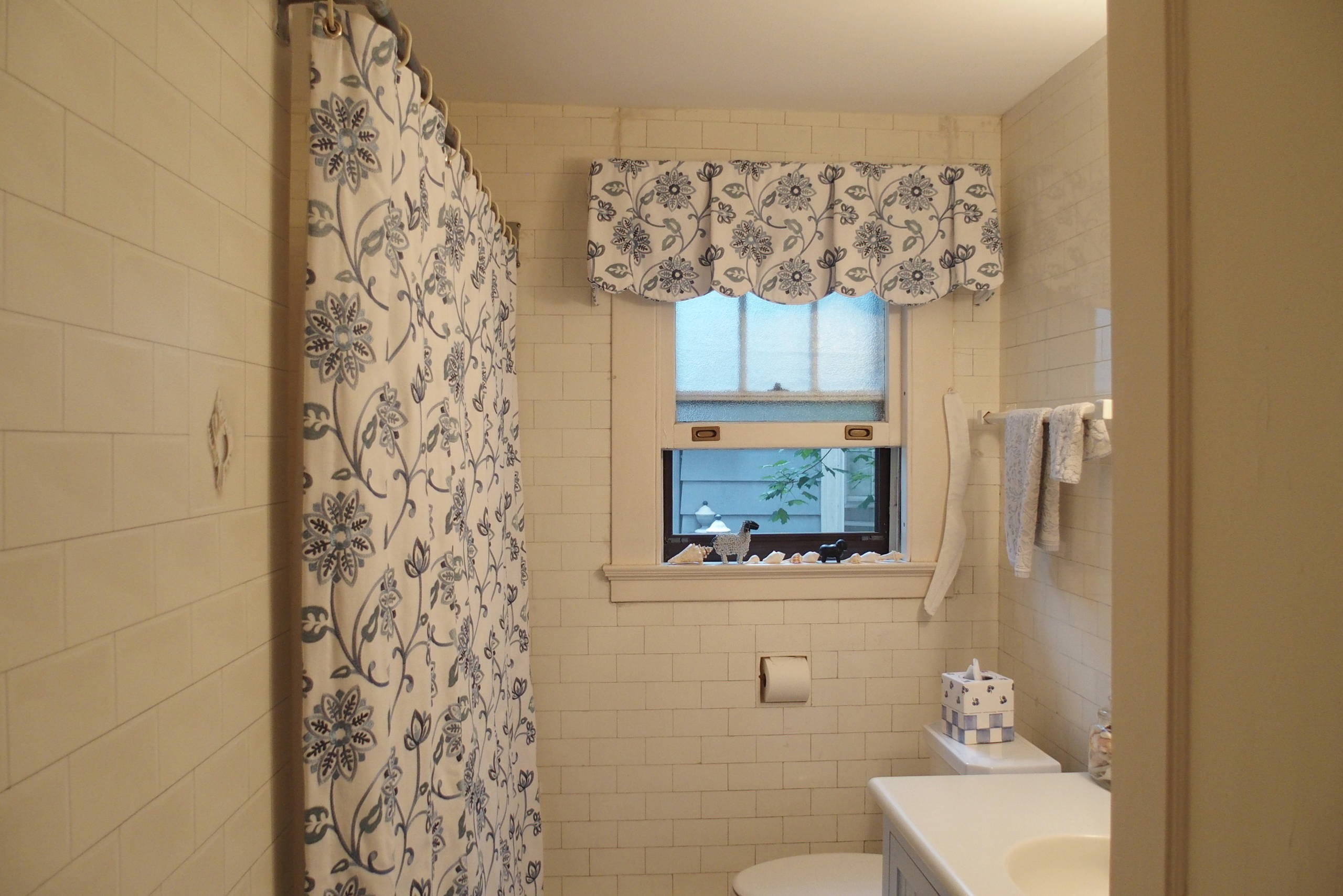 Bathroom makeover in blue and white