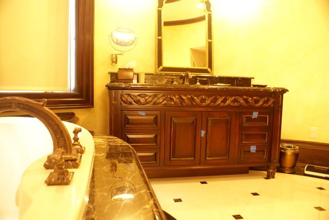 Closets traditional-bathroom