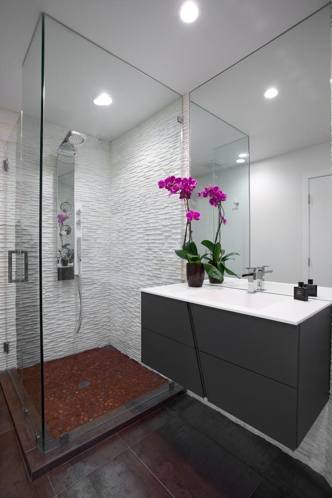 Idee per una stanza da bagno minimal con lavabo integrato e pavimento marrone