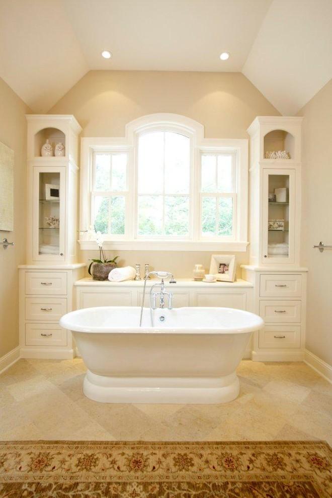 Elegant freestanding bathtub photo in Miami