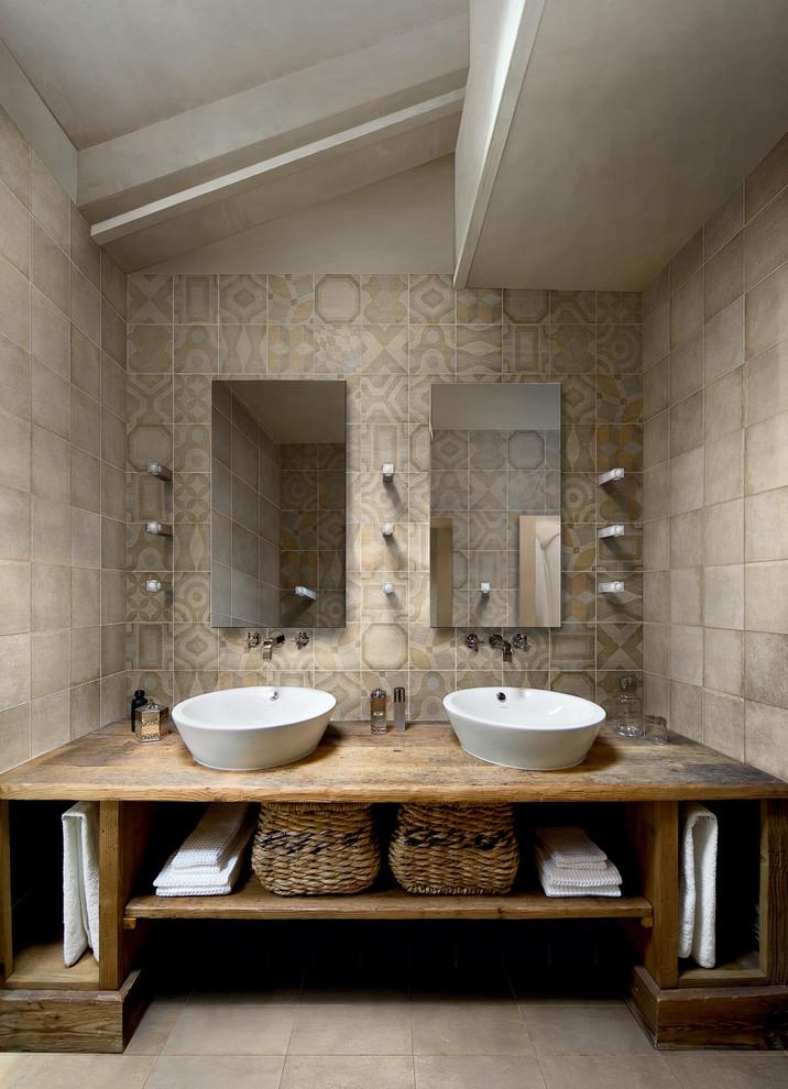 モントリオールのコンテンポラリースタイルのおしゃれな浴室 (ベッセル式洗面器、オープンシェルフ、ベージュのタイル) の写真
