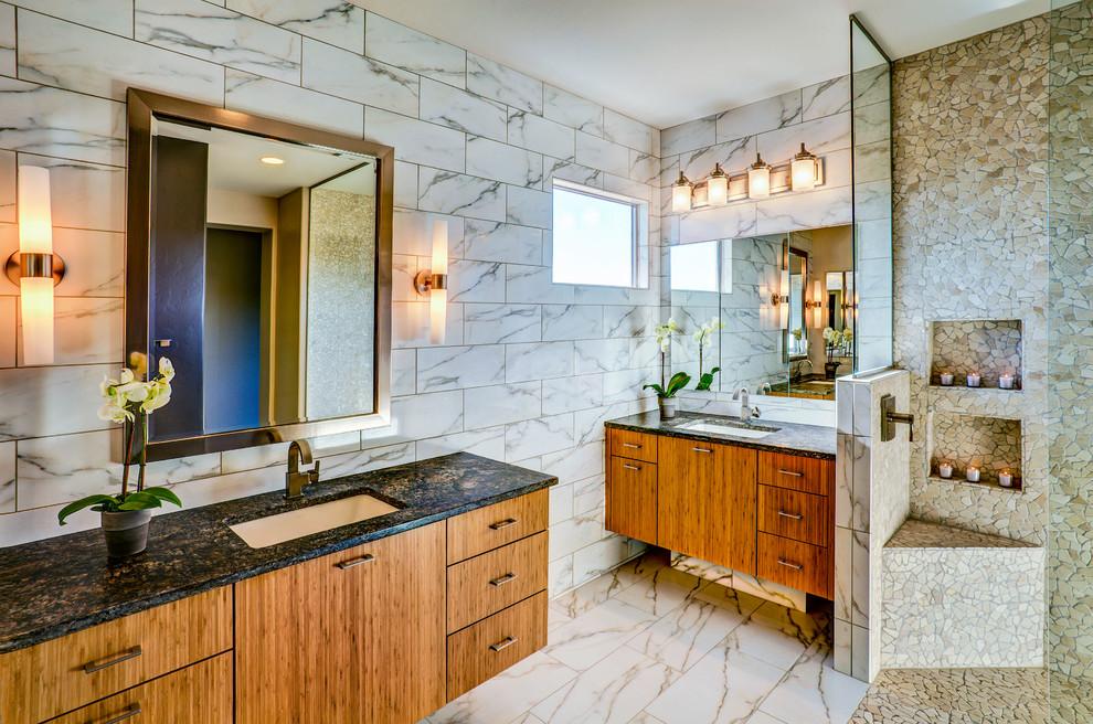 Imagen de cuarto de baño contemporáneo con ducha abierta y ducha abierta