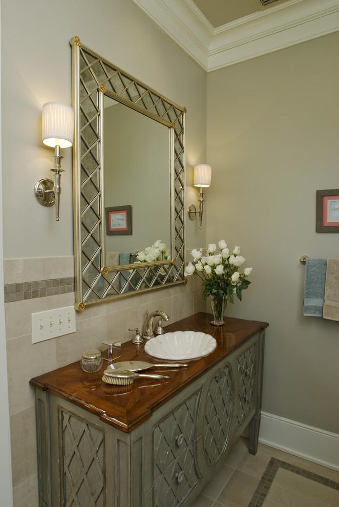 Esempio di una stanza da bagno con doccia tradizionale di medie dimensioni con ante con riquadro incassato, ante con finitura invecchiata, piastrelle beige, piastrelle in ceramica, pareti beige, pavimento con piastrelle a mosaico, lavabo da incasso e top in legno