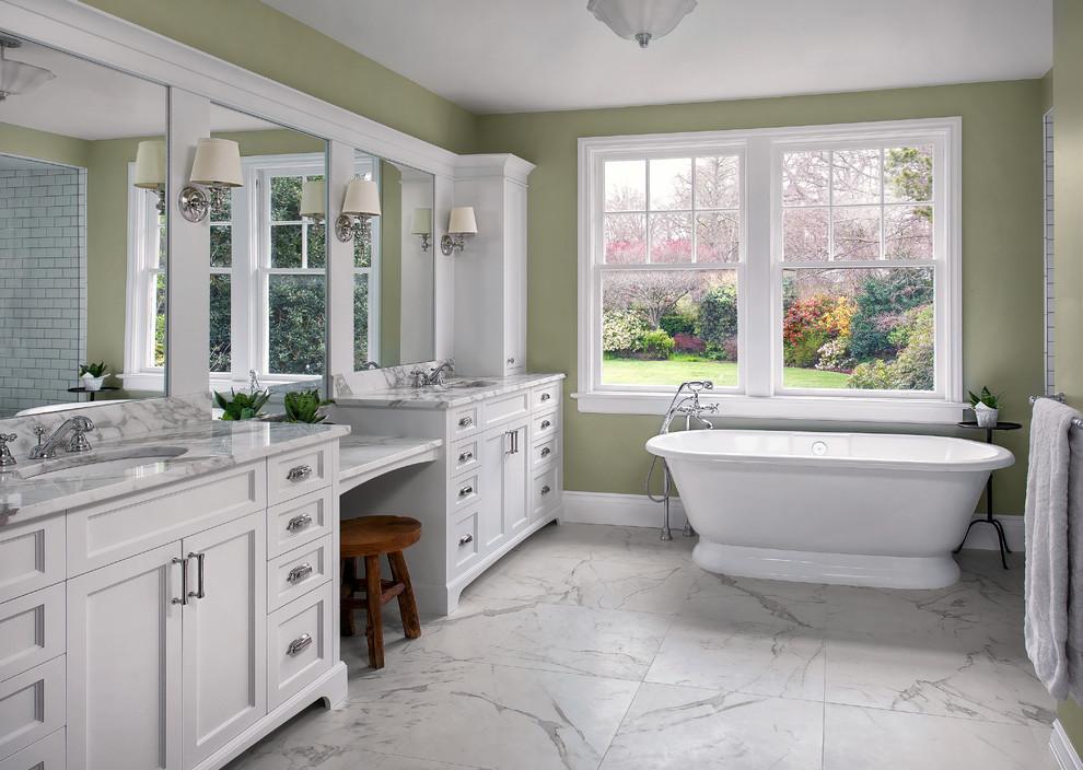 Ispirazione per una stanza da bagno padronale classica con ante in stile shaker, ante bianche, vasca freestanding, pareti verdi, pavimento in marmo, lavabo sottopiano, top in marmo e pavimento bianco