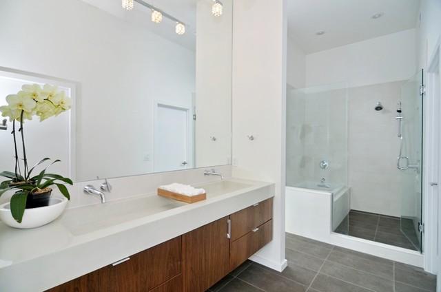 Beachaus II modern-bathroom