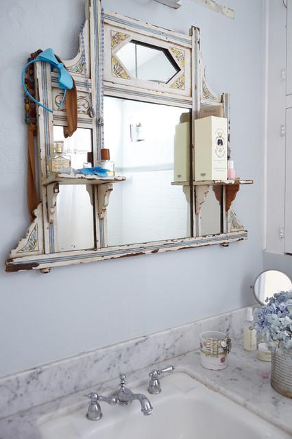 Ispirazione per una piccola stanza da bagno padronale stile shabby con top in marmo e pareti blu