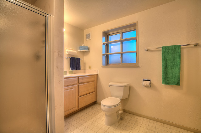 Before/After Staging photos 7016 Bellrose Ave NE ABQ Uptown - Classico - Stanza da Bagno ...