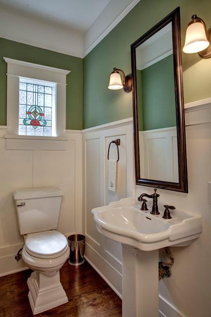 Esempio di una stanza da bagno vittoriana con lavabo a colonna e pareti verdi