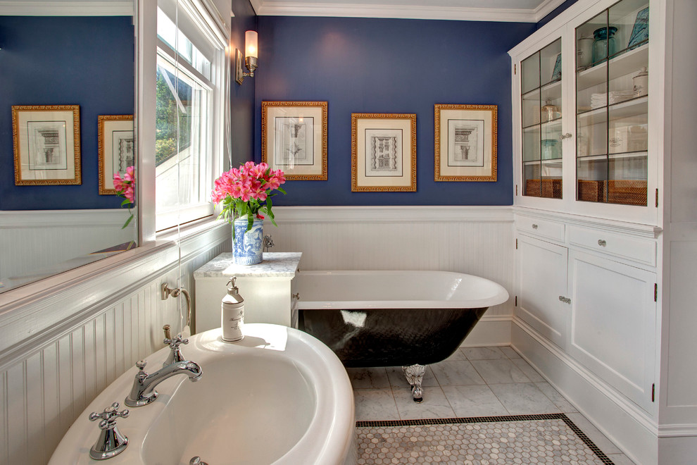Example of an arts and crafts claw-foot bathtub design in Seattle