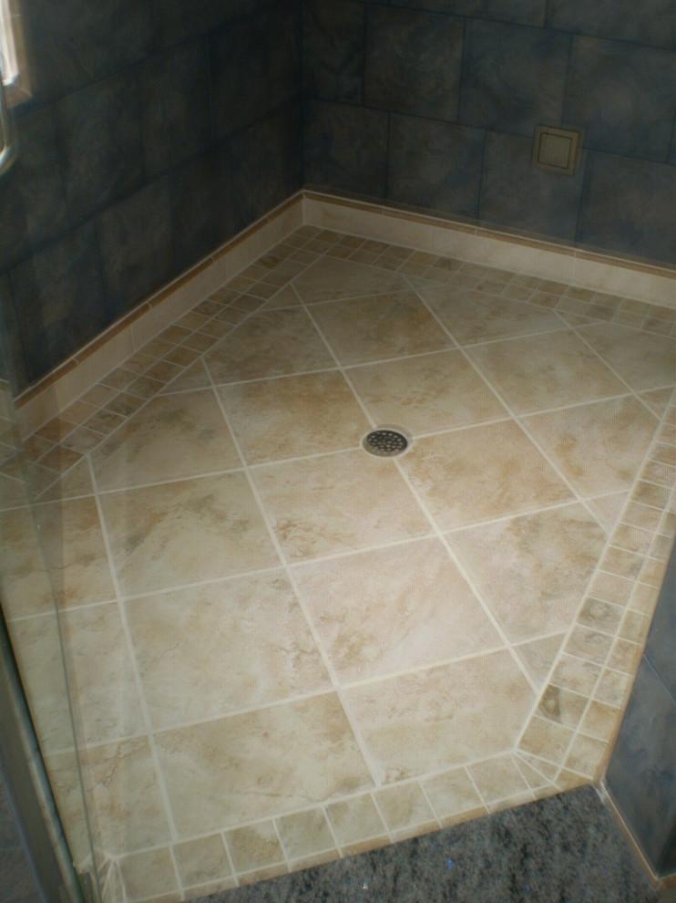 Elegant bathroom photo in Indianapolis
