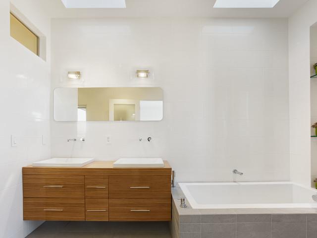 Bernal Residence modern-bathroom