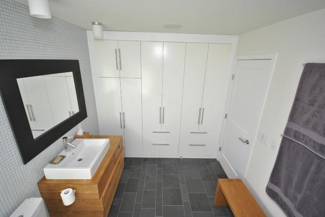 Blair House modern-bathroom