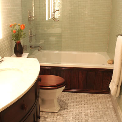 Does The Bathtub Splash Guard/glass Door Work To Keep Water Out Of Bathroom  When Taking Shower? Also Can The Door Fully Open With Toilet There (lets S.