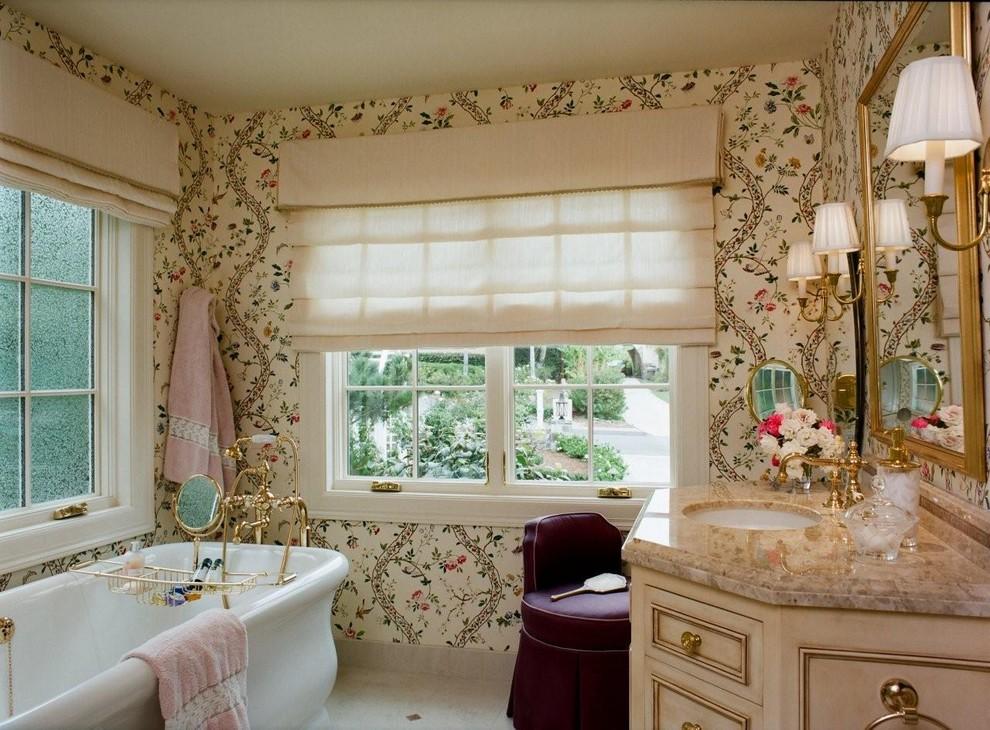 Foto di una stanza da bagno chic con pareti multicolore