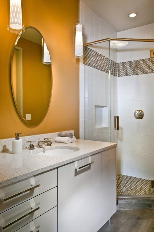 سيراميك ابيض حمام صغير بحزام مرتفع منقش بالذهبي نفس لون الأرضية