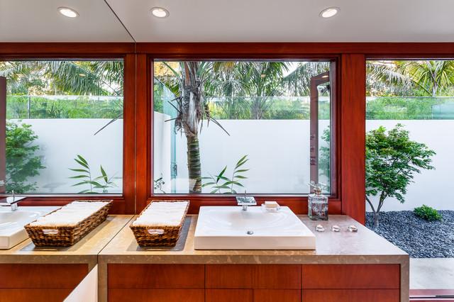 Butterfly Beach Villa midcentury-bathroom