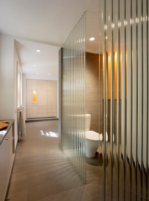狭いプライベートの代表的な空間がトイレ。トイレの壁をガラスにすれば、狭い空間でもそれほど狭さを感じません。またガラスに加工をすることで解放感はありながら個室感も