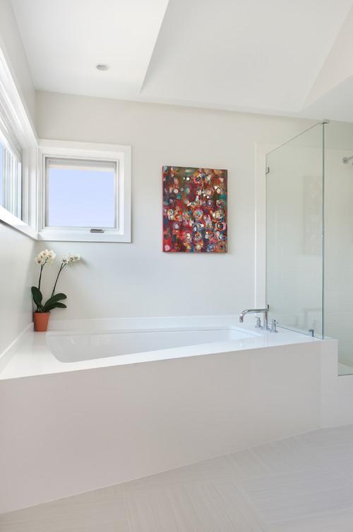 A Cambridge, MA master bathroom featuring Silestone's® White Zeus Extreme