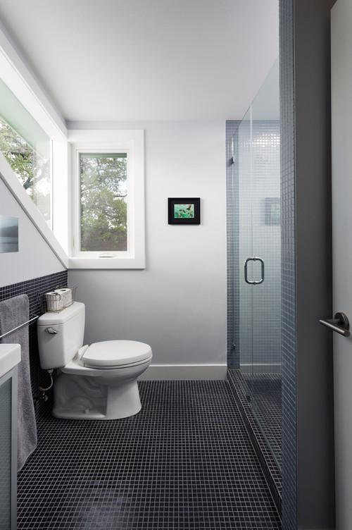 حمام صغير بسراميك مكعبات صغيرة اللون اسود