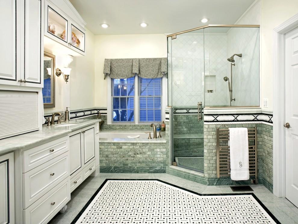 Imagen de cuarto de baño tradicional con encimera de mármol, baldosas y/o azulejos en mosaico y lavabo bajoencimera