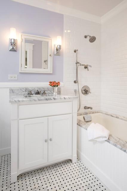 Foto di una piccola stanza da bagno per bambini chic con top in marmo, piastrelle diamantate, pareti viola, ante in stile shaker, ante bianche, pistrelle in bianco e nero, pavimento in marmo, lavabo sottopiano e vasca sottopiano