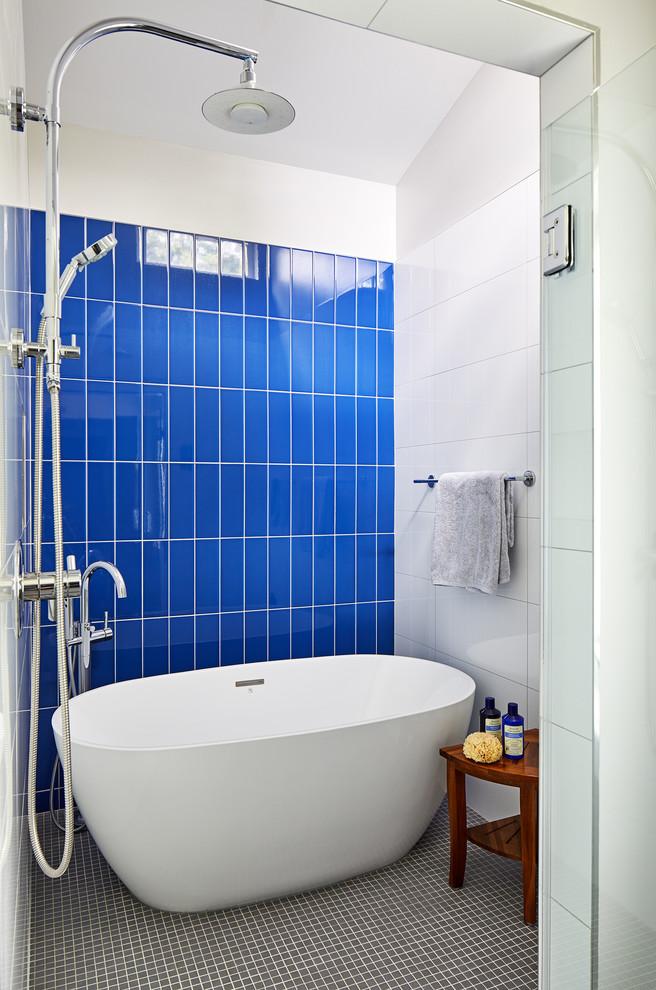 Imagen de cuarto de baño actual con baldosas y/o azulejos azules, suelo con mosaicos de baldosas y suelo gris