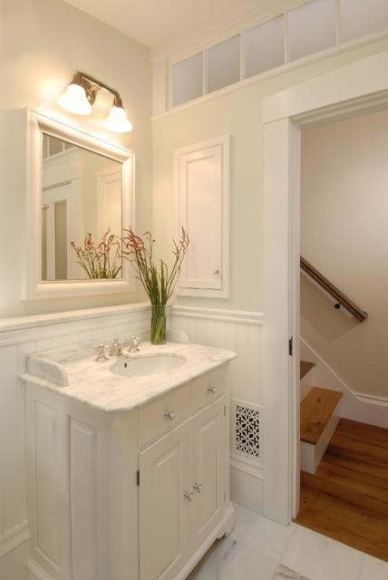 Idee per una stanza da bagno chic con lavabo sottopiano, ante con bugna sagomata, ante bianche e piastrelle bianche