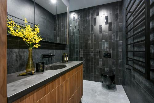 black toilet suite