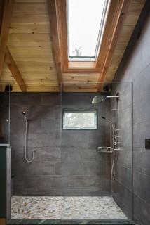Salle de bain avec du carrelage en ardoise et un sol en ...