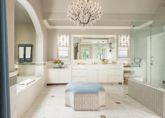Immagine di una stanza da bagno tradizionale con porta doccia a battente