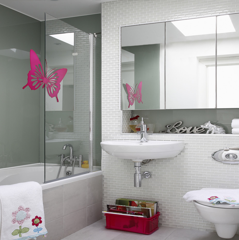 Example of a trendy tub/shower combo design in Dublin with a wall-mount sink and a wall-mount toilet