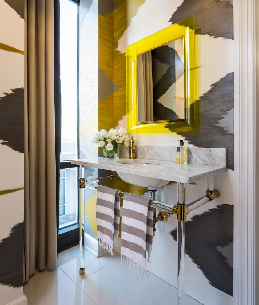 Immagine di una stanza da bagno contemporanea con lavabo a consolle e pareti multicolore
