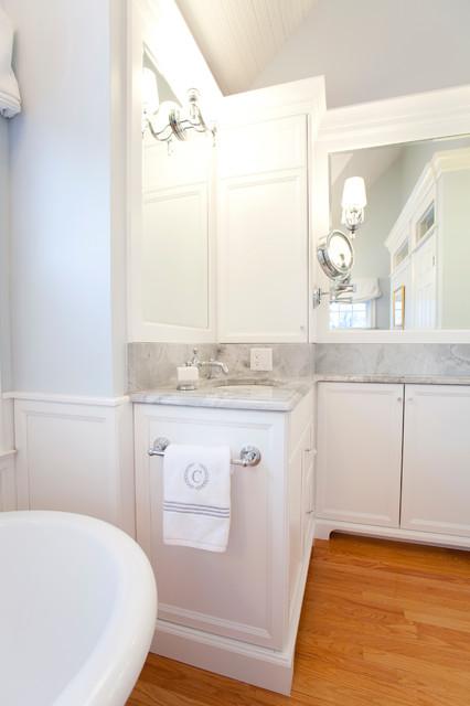 Crown Moldings Add Definition And Weight Klassisk Badrum Bridgeport Av Kitchen Bath
