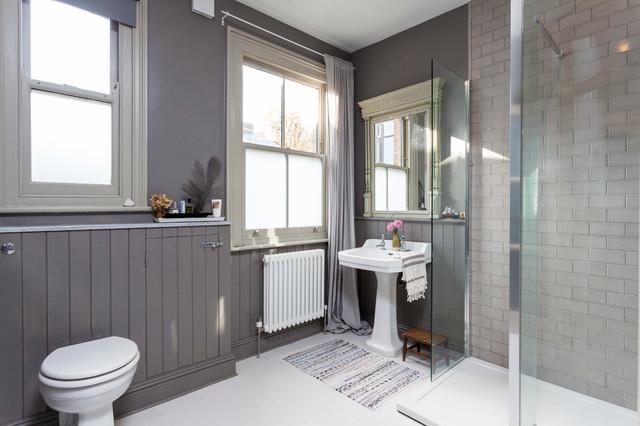 Foto de cuarto de baño escandinavo con lavabo con pedestal, ducha esquinera, baldosas y/o azulejos grises, baldosas y/o azulejos de cemento y paredes grises