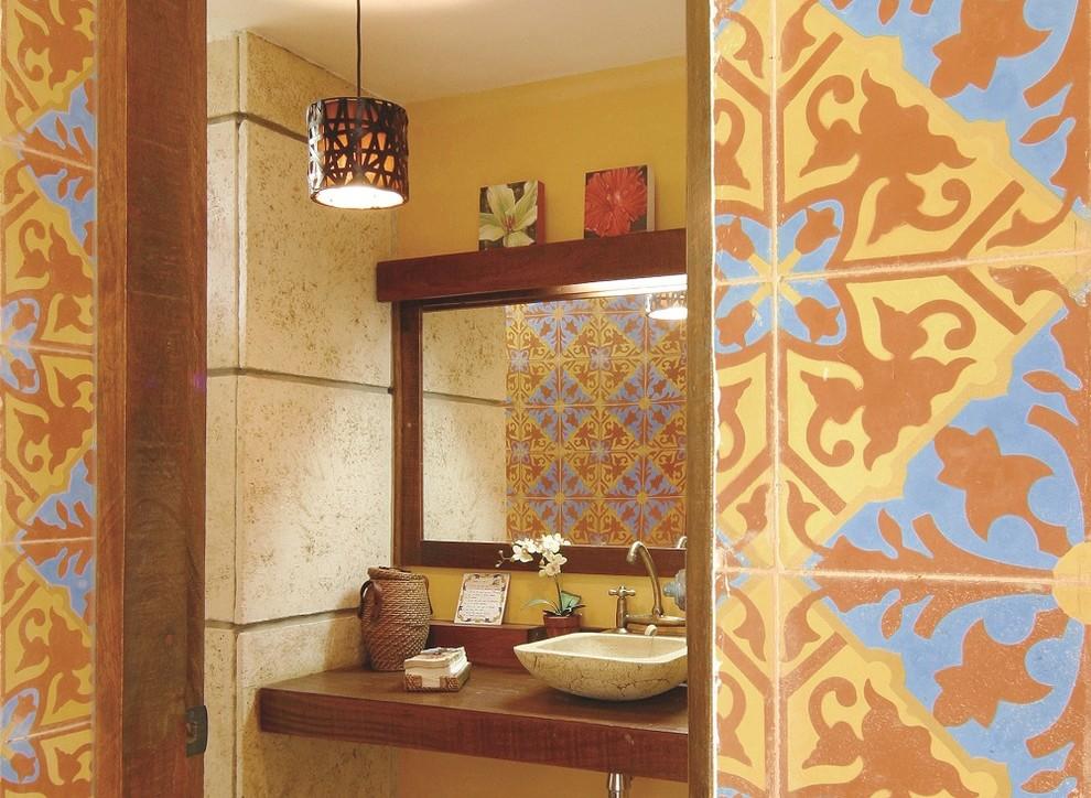 На фото: ванная комната в морском стиле с