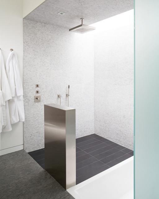 Idee per una stanza da bagno minimal con piastrelle a mosaico, doccia aperta, piastrelle bianche e doccia aperta
