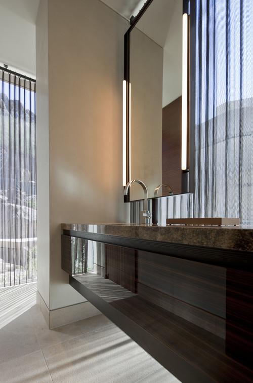 ванная с окном в хайтек зеркало с подсветкой