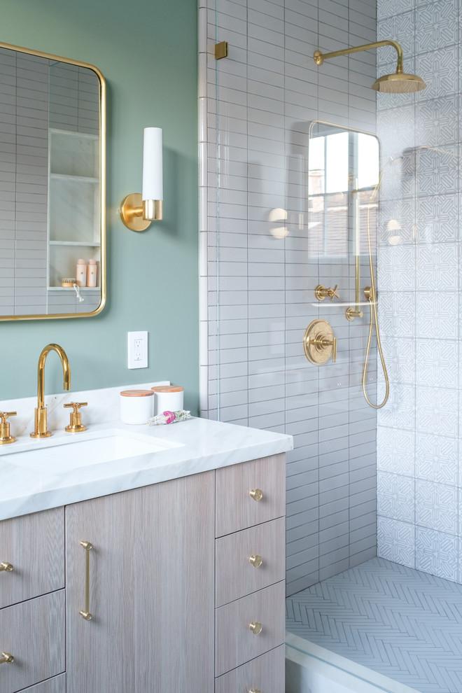 Foto di una stanza da bagno padronale classica di medie dimensioni con ante lisce, ante in legno chiaro, pareti verdi, lavabo sottopiano, top in marmo, doccia alcova, piastrelle bianche e top bianco