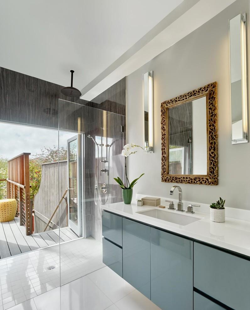 Immagine di una stanza da bagno padronale minimal di medie dimensioni con doccia aperta, ante lisce, ante grigie, doccia a filo pavimento, pareti grigie, pavimento in gres porcellanato, lavabo sottopiano, top in quarzite, pavimento bianco e top bianco