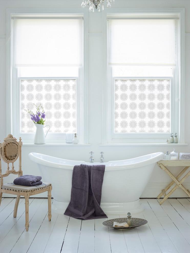Свежая идея для дизайна: ванная комната в стиле шебби-шик с отдельно стоящей ванной и деревянным полом - отличное фото интерьера