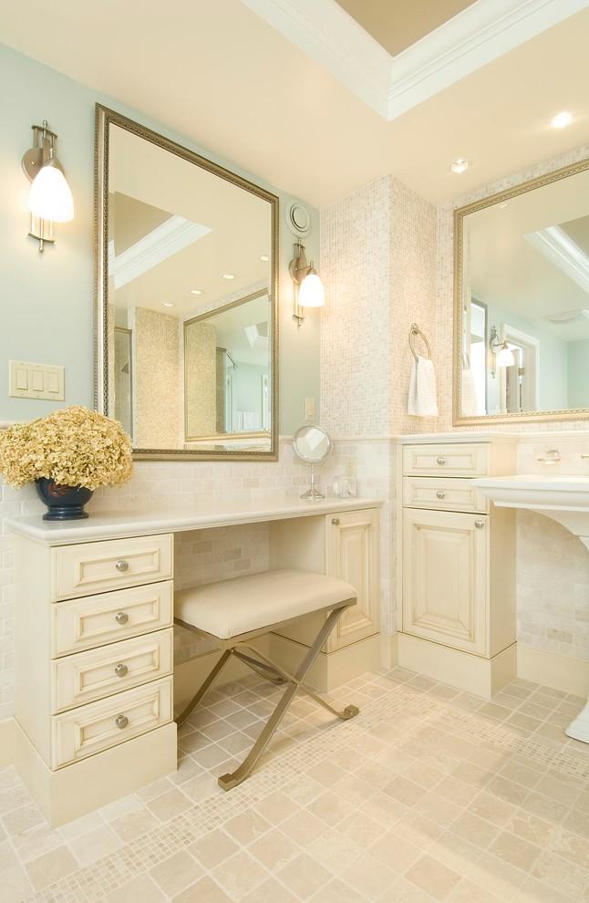 Esempio di una stanza da bagno classica con lavabo a colonna, ante con riquadro incassato, ante beige, piastrelle beige e pareti blu