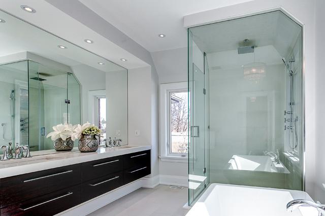 Ejemplo de cuarto de baño clásico renovado con lavabo bajoencimera, armarios con paneles lisos, puertas de armario de madera en tonos medios, bañera exenta, ducha esquinera y paredes grises