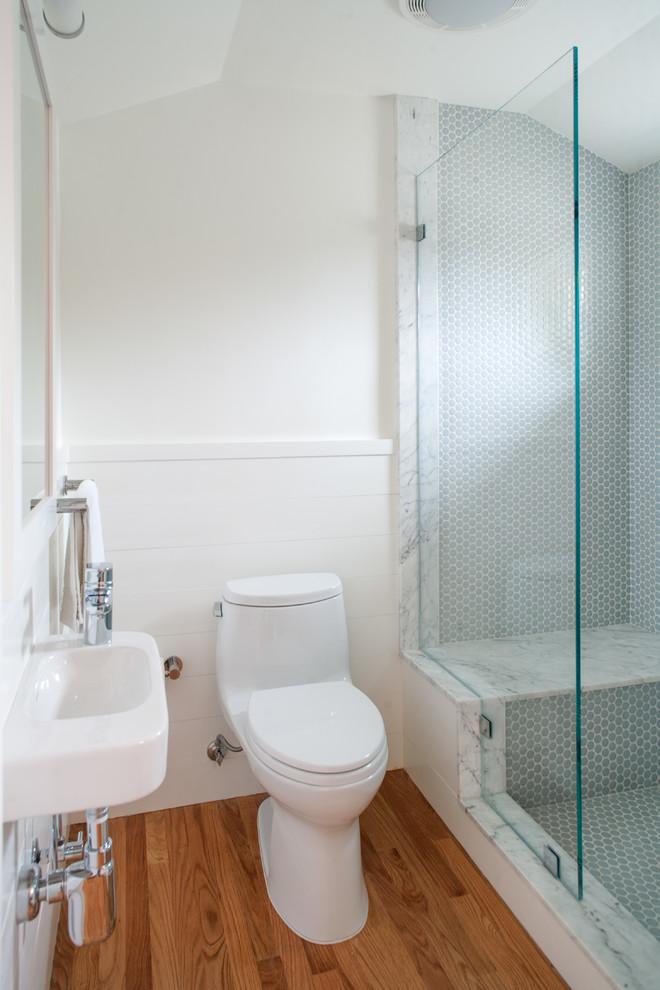 Свежая идея для дизайна: маленькая ванная комната в современном стиле с подвесной раковиной, открытым душем, унитазом-моноблоком, синей плиткой, керамической плиткой, белыми стенами и паркетным полом среднего тона - отличное фото интерьера