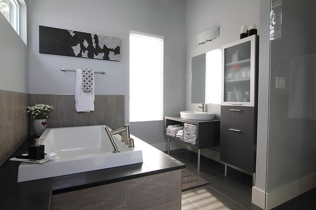 Ensuite cabinets modern bathroom ottawa by for Modern small ensuite