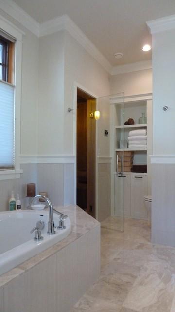 Diseño de cuarto de baño contemporáneo, de tamaño medio, con armarios estilo shaker, puertas de armario blancas, bañera empotrada, ducha a ras de suelo, paredes blancas y suelo de baldosas de porcelana
