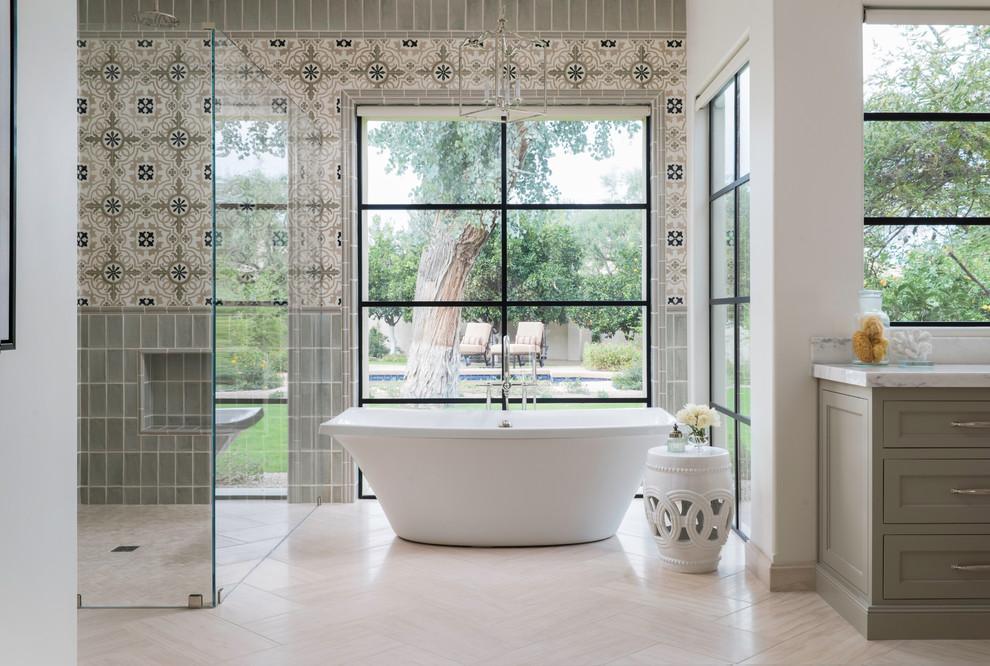 Idéer för att renovera ett vintage en-suite badrum, med skåp i shakerstil, grå skåp, ett fristående badkar, en kantlös dusch, grå kakel, flerfärgad kakel, beiget golv och cementkakel